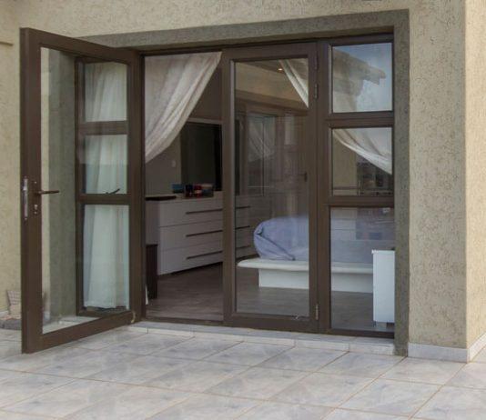 Khi chọn cửa nhôm kính xây nhà mới cần phải biết 3 lưu ý này !!