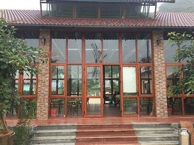 Nhà hàng dùng khung nhôm kính Xingfa màu vân gỗ