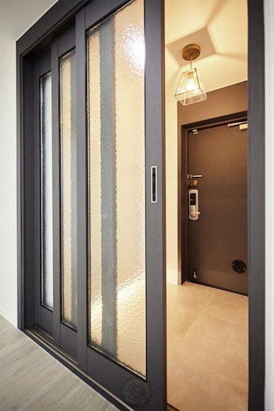 Cửa đi trượt 3 cánh phù hợp với ngôi nhà hiện đại
