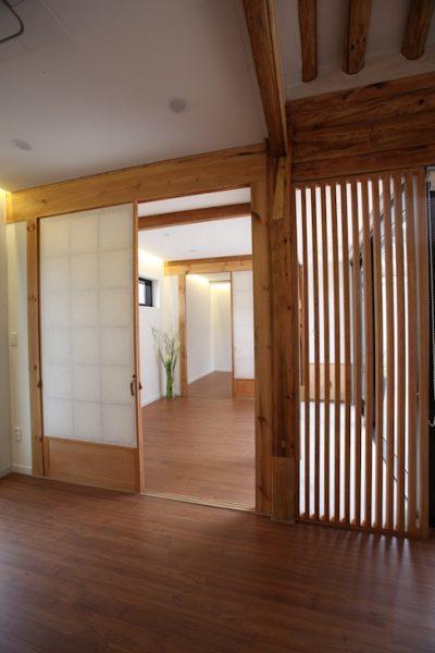 Cửa gỗ ấm áp ngăn hai phòng