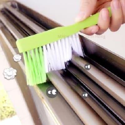 Cách vệ sinh cửa sắt kéo và cửa nhôm nhanh bằng chổi