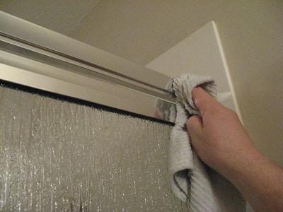 Cách tẩy sơn trên cửa nhôm bằng giấm hoặc xăng