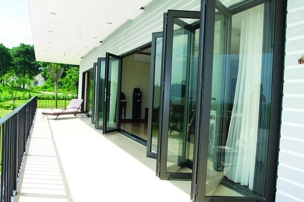 Bộ cửa đi xếp trượt nhôm EA55 sử dụng phù hợp cho các vị trí yêu cầu không gian mở lớn như: cửa đi ra vườn, ra hồ bơi, sân golf…