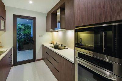 Cửa đi mở quay ngoài hệ nhôm EA55 ứng dụng công nghệ sơn vân gỗ đồng bộ với nội thất