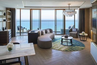 Sử dụng vách kính khổ lớn và những khung cửa kính trượt giúp tiết kiệm diện tích và tăng khả năng kết nối phòng khách, phòng ngủ khách sạn Mövenpick Resort Cam Ranh với không gian thiên nhiên, thu trọn tầm nhìn biển trời non nước.