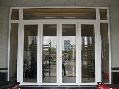 Cửa đi mở quay nhôm Xingfa 4 cánh cho phòng khách mặt tiền