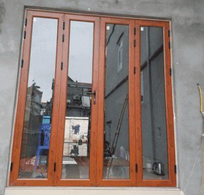 Mẫu cửa nhôm 4 cánh mở quay nhôm Xingfa vân gỗ cực kì sang trọng