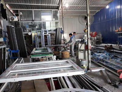 Làm cửa nhôm Việt Pháp tại xưởng