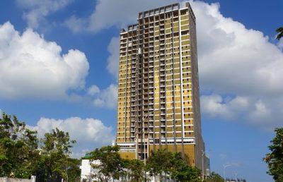 Tòa nhà Risemount Apartment Đà Nẵng ốp kính vàng cả 4 mặt, gây lóa mắt người dân. Ảnh: Quang Hải.