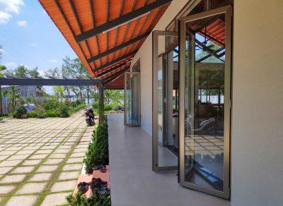 Toàn bộ cửa đi của ngôi nhà sử dụng cửa xếp lùa nhôm kính - Ảnh: Long Vân Group