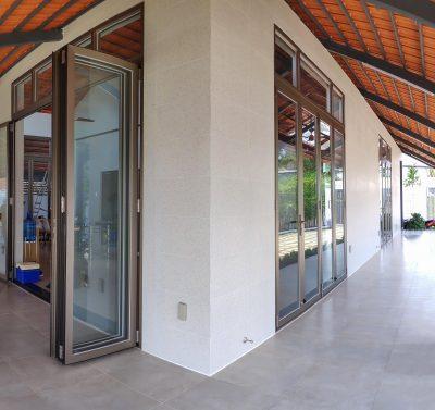 Hệ thống cửa xếp lùa nhôm kính bốn cánh - Ảnh: Long Vân Group