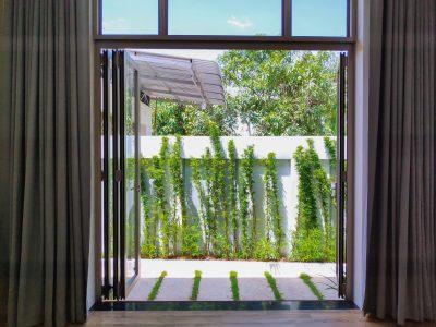 Hệ thống cửa xếp lùa nhôm kính phù hợp cho nhà rộng có sân vườn… - Ảnh: Long Vân Group