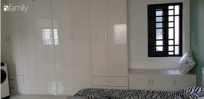 Phòng ngủ sử dụng tủ trắng chạy dọc theo chiều dài không gian vừa giúp lưu trữ được nhiều đồ đạc mà không gian vẫn rộng rãi, sáng sủa.