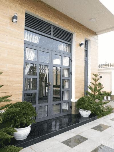 Cửa nhôm Xingfa chia đố cho biệt thự sân vườn