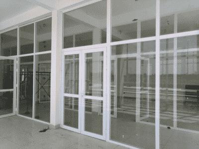 Cửa nhôm Xingfa chia đố được lắp đặt chung với vách ngăn nhôm kính, tạo nên tổng thể đẹp mắt