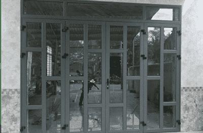Cửa nhôm Xingfa màu xám với hệ phụ kiện kim khí chắc chắn