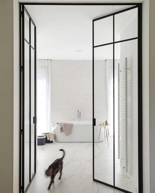 Nhà tắm trông bắt mắt hơn với cửa đi mở quay 2 cánh có kích thước lớn