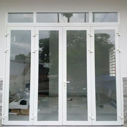 Màu trắng sữa của cửa nhôm phù hợp cho nhiều công trình